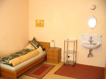 die zimmer der ferienwohnung im haus giraffe. Black Bedroom Furniture Sets. Home Design Ideas